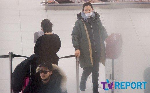 Cả Yoon Ke Sang và Honey Leeđều kéo theo vali lớn nhỏ. Một nguồn tin cho hay hai người sẽđi 5 ngày, 4đêm và trở về Hàn Quốc vào 16/2 tới.