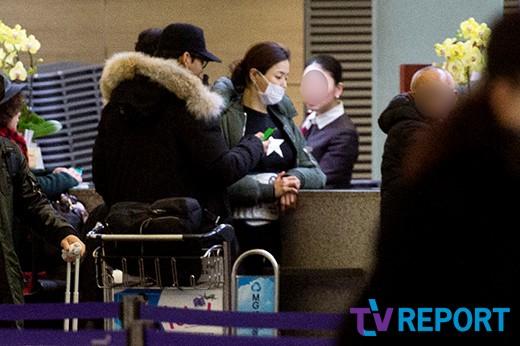 Honey Lee và diễn viên Yoon Ke Sang yêu nhau từ 2012,đến nay họđã hẹn hò6 năm, tình cảm rất gắn bó. Vào mỗi dịp nghỉ dài, hai người thường cùng nhau đi du lịch nước ngoài.