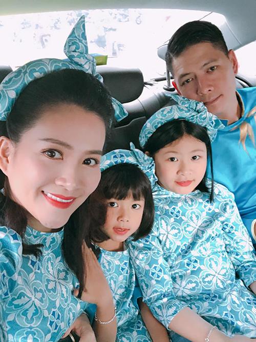 Cả gia đình Bình Minh - Anh Thơ cùng hai nàng công chúa nhỏ diện áo dài xanh tone sur tone.