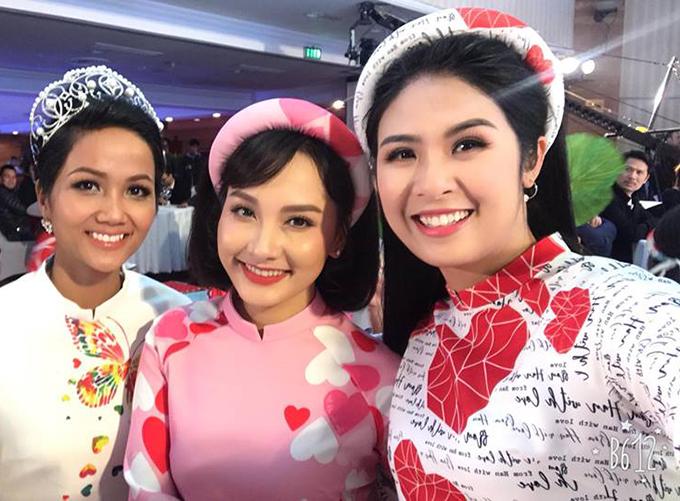 Ba người đẹp Ngọc Hân, Bảo Thanh và hoa hậu HHen Niê tự tin độ sắc trong bộ áo dài truyền thống.