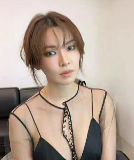 Kim So Yeon khoe khéo vòng một quyến rũ.