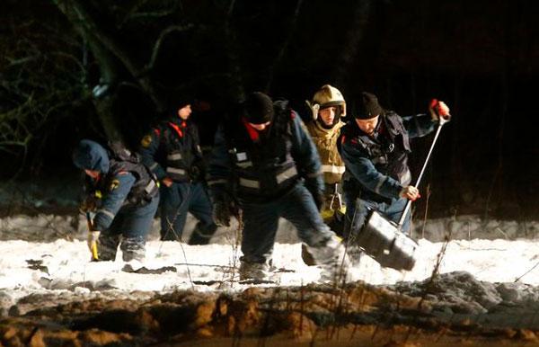 Các nhân viên cứu hộ đang tích cực tìm kiếm thi thể nạn nhân.