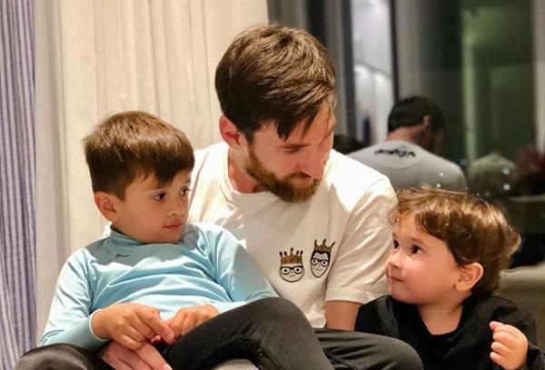 Ba bố con Messi. Ảnh: NS.