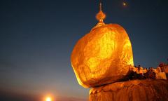 Hòn đá thiêng 'nghiêng không đổ' ở Myanmar