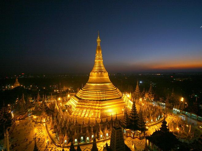 Hòn đá thiêng nghiêng không đổ ở Myanmar - 1