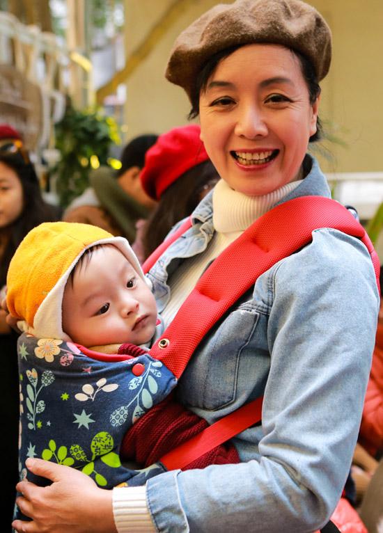 Trong lúc con gái trò chuyện với bạn bè, nghệ sĩ Chiều Xuân bồng cháu ngoại.