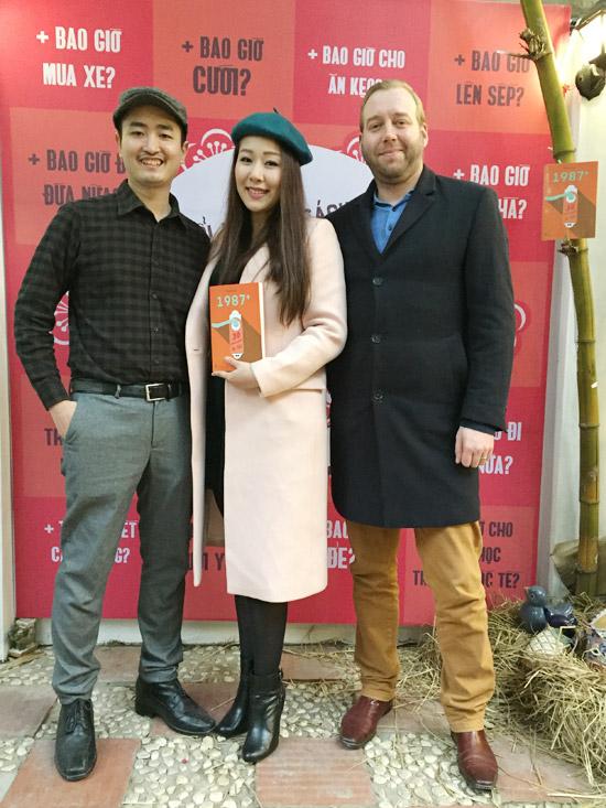 Vợ chồng Ngô Phương Lan cũng đến chúc mừng nhà báo Như Ngọc ra mắt cuốn sách thứ hai. Hoa hậu Thế giới người Việt từng tham gia viết phần 1 của cuốn 1987.