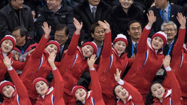 Dàn bóng hồng cổ vũ Bắc Triều Tiên sưởi ấm Olympic Pyeongchang