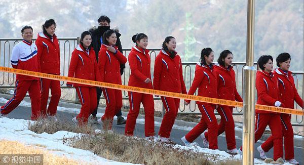 Dàn bóng hồng cổ vũ Bắc Triều Tiên sưởi ấm Olympic Pyeongchang - 9