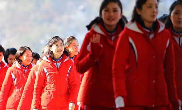 Dàn bóng hồng cổ vũ Bắc Triều Tiên sưởi ấm Olympic Pyeongchang - 10