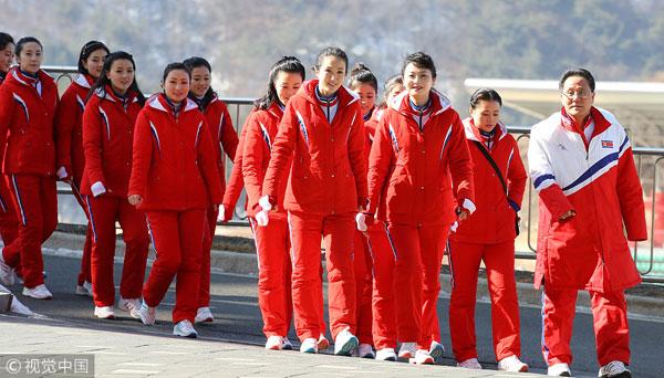 Dàn bóng hồng cổ vũ Bắc Triều Tiên sưởi ấm Olympic Pyeongchang - 12