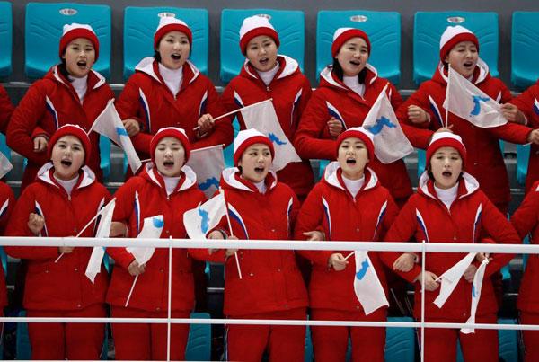 Dàn bóng hồng cổ vũ Bắc Triều Tiên sưởi ấm Olympic Pyeongchang - 1