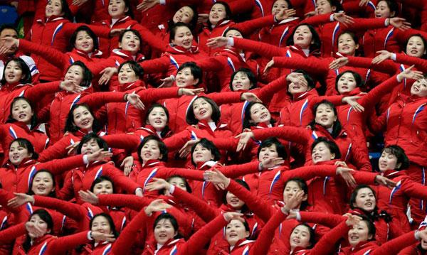 Dàn bóng hồng cổ vũ Bắc Triều Tiên sưởi ấm Olympic Pyeongchang - 3