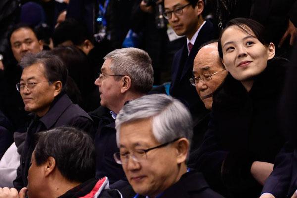 Dàn bóng hồng cổ vũ Bắc Triều Tiên sưởi ấm Olympic Pyeongchang - 6