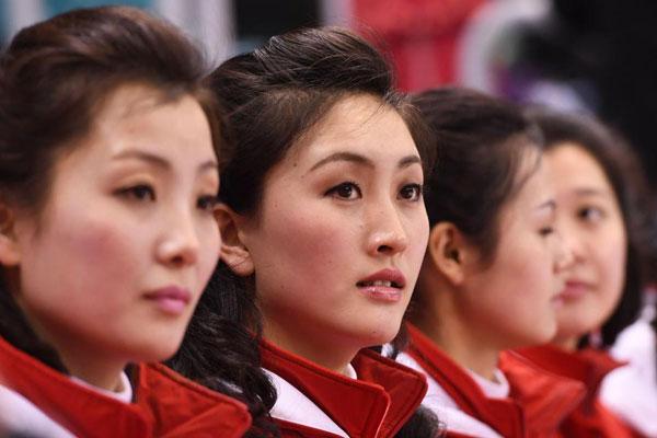 Dàn bóng hồng cổ vũ Bắc Triều Tiên sưởi ấm Olympic Pyeongchang - 4