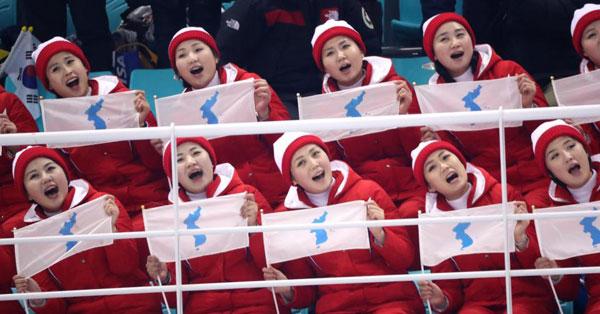 Dàn bóng hồng cổ vũ Bắc Triều Tiên sưởi ấm Olympic Pyeongchang - 2