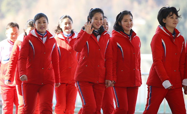 Dàn bóng hồng cổ vũ Bắc Triều Tiên sưởi ấm Olympic Pyeongchang - 7