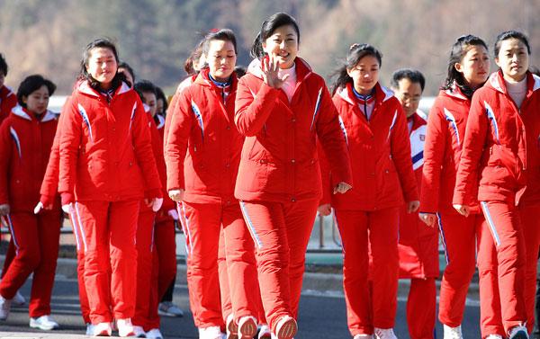 Dàn bóng hồng cổ vũ Bắc Triều Tiên sưởi ấm Olympic Pyeongchang - 8