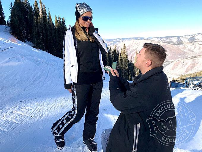 Paris Hilton hạnh phúc chia sẻ tin vui trên Instagram hôm 2/1: Tôi ngập tràn niềm vui sướng khi đính hôn với tình yêu và người bạn tốt nhất của đời mình. Tôi chưa bao giờ cảm thấy hạnh phúc, bình an và được yêu thương nhiều hơn thế. Anh ấy là chàng trai hoàn hảo với tôi ở mọi khía cạnh. Anh ấy đã cho tôi thấy rằng những câu chuyện cổ tích vẫn còn tồn tại!.Tiểu thư 36 tuổi đã được nam diễn viên Chris Zylka cầu hôn trong kỳ nghỉ ở vùng núi tuyết Aspen, Colorado với chiếc nhẫn kim cương 2 triệu USD. Paris nhận lời ngay lập tức và trao cho bạn trai nụ hôn đắm đuối. Sau khi đính hôn, người đẹp đang háo hức chuẩn bị kế hoạch tổ chức lễ cưới.