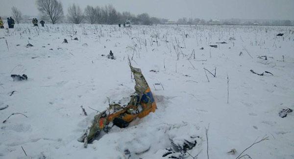 Mảnh vỡ máy bay nằm rải rác trên tuyết ở khu vực đông nam thủ đô Moscow. Ảnh: Reuters