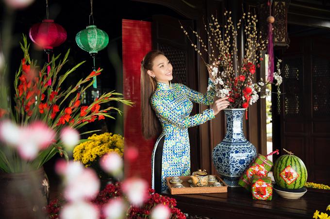 Năm nay Quỳnh Thư cũng hưởng ứng trào lưu diện áo dài gạch bông, hóa thiếu nữ Sài Gòn đón Tết, du xuân.