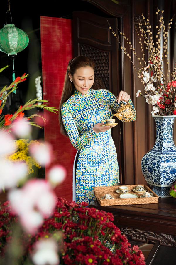 Những năm trước Quỳnh Thư chuộng mặc áo dài cách điệu hiện đại đi du xuân, chúc Tết nhưng năm nay cô sẽ xuống phố vớiphong cách dịu dàng, cổ điển.