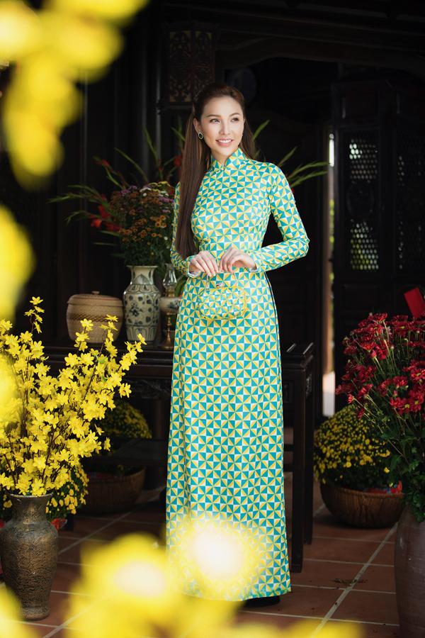 Áo dài và phụ kiện bông tai, ví cầm tay ton-sur-ton giúp Quỳnh Thư nổi bật khi tạo dáng trong khung cảnh đầy sắc xuân.