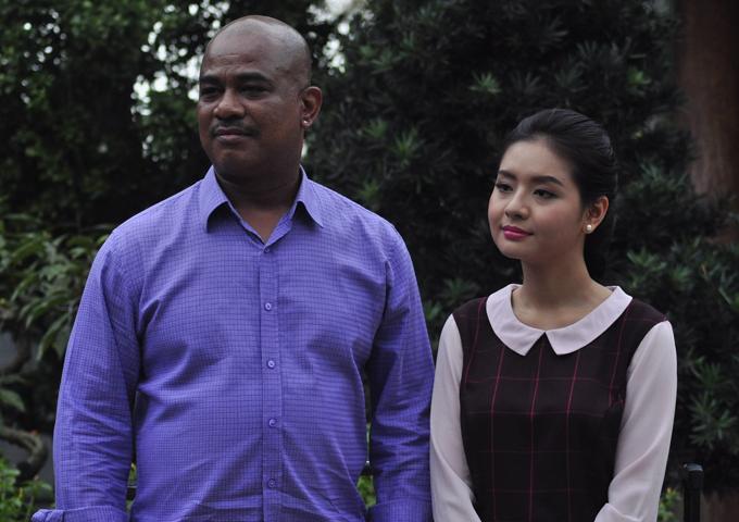 Ca sĩ người Mỹ gốc Việt Randy cũng có vai diễn thú vị trong Tía ơi, con muốn vợ rồi. Phim phát sóng từ ngàymùng một Tết trên Đài truyền hình Vĩnh Long.
