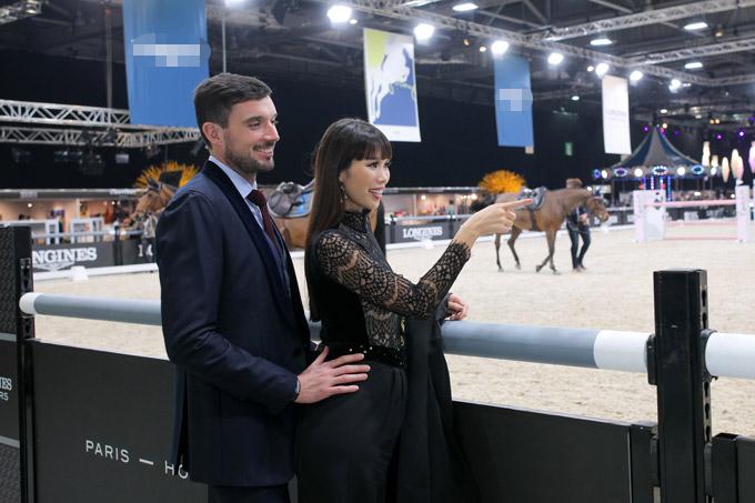 Hai vợ chồng Hà Anh cùng đi xem giải đấu đua ngựa, môn thể thao vương giả tại xứ cảng thơm. Thời tiết mùa đông khá lạnh nên ông xã ngoại quốc của cô luôn ở bên nhắc nhở vợ khoác thêm áo choàng.