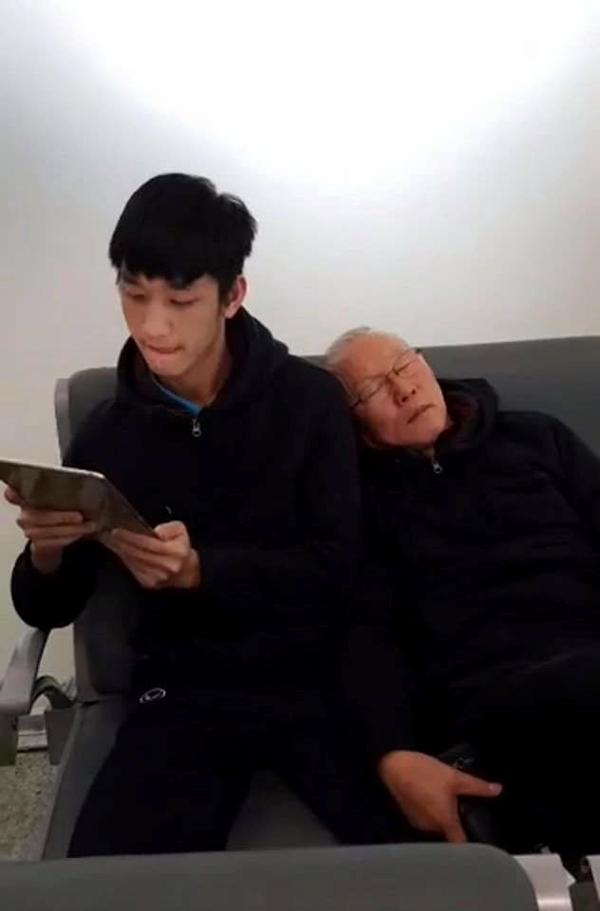Khoảnh khắc HLV Park Hang-seo tựa vai học trò Trọng Đại ngủ khiếncác fan xao xuyến.