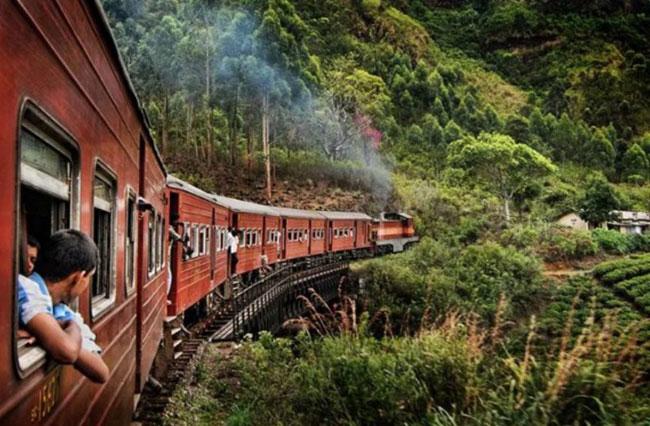 Tuyến đường sắt ở Sri Lanka đi qua những phong cảnh rất đẹp nhưng cũng rất nguy hiểm.