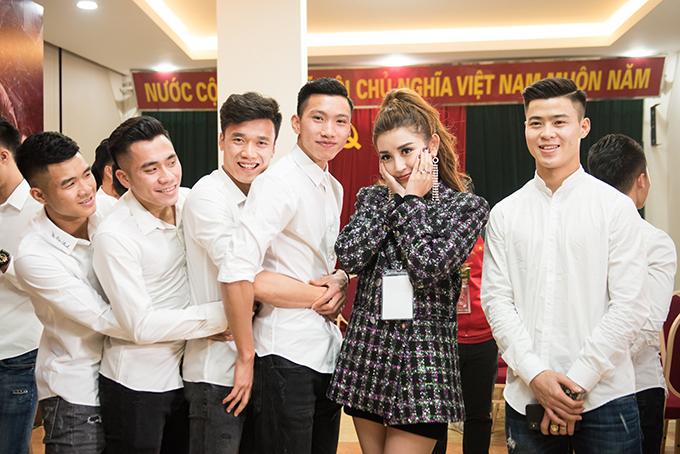 Đức Chinh, Tiến Dụng, Tiến Dũng và Văn Hậu ôm eo nhau khi chụp ảnh cùng Á hậu HuyềnMy.
