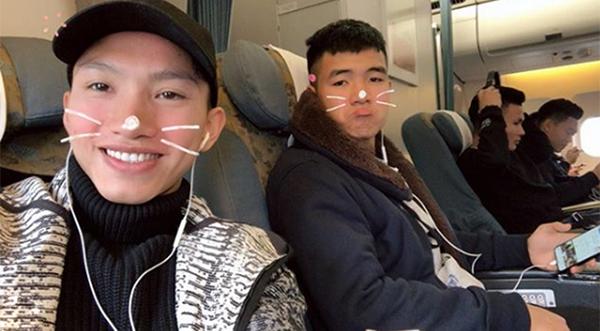 Đoàn Văn Hậu selfie nhí nhảnh với Đức Chinh.