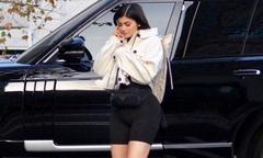 Kylie Jenner thon thả ra phố sau 10 ngày sinh con