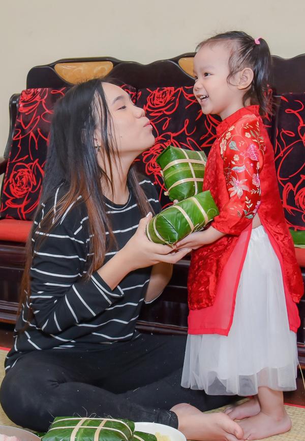 Trịnh Kim Chi cùng chồng con gói bánh chưng, chuẩn bị ăn Tết - 5