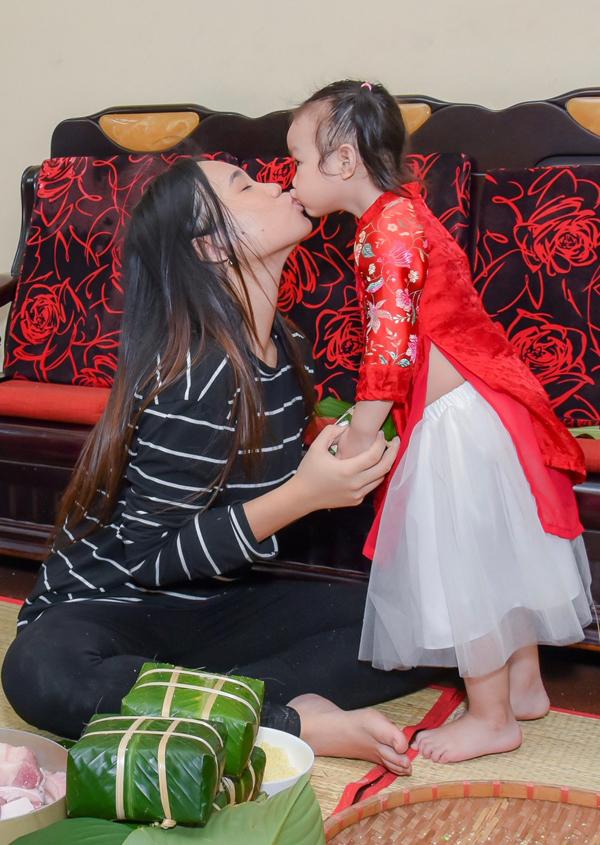Trịnh Kim Chi chia sẻ, mỗi năm Tết đến, được ở bên gia đình, cảm nhận tình yêu thương lan tỏa giữa các thành viên, chị rất hạnh phúc và có nhiều động lực phấn đấu trong sự nghiệp nghệ thuật.