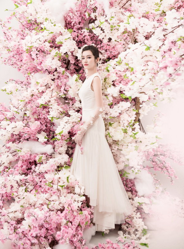 Trúc Diễm đẹp mong manh bên hoa