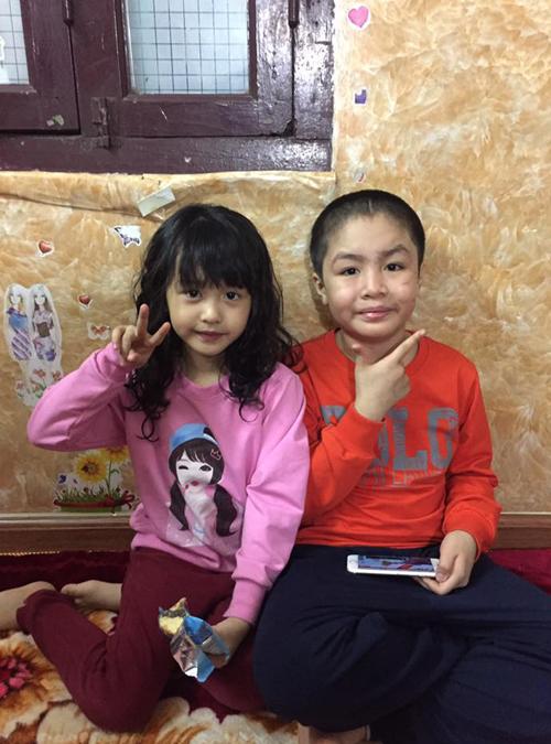 Khánh khoe hay dậy sớm đi học và xách cặp giúp em gái.