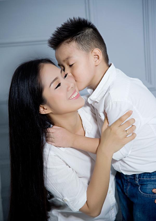 Vì quá thương con nên Lê Phương phải suy nghĩ đủ đường về chuyện có nên đưa bé lên TP HCM sống cùng.