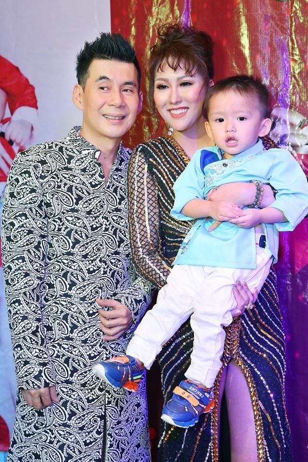 Ca sĩ Đoan Trường - bố nuôi của bé Tấn Đức tới chung vui cùng hai mẹ con nữ diễn viên.