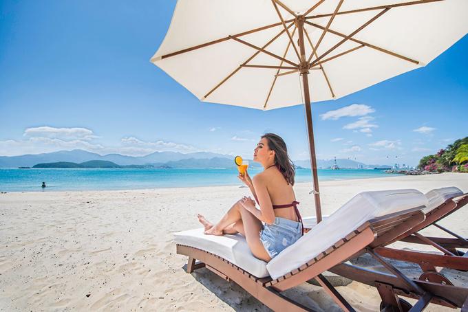 Nha Trang được nhiều du khách yêu thích bởi biển xanh, cát trắng.