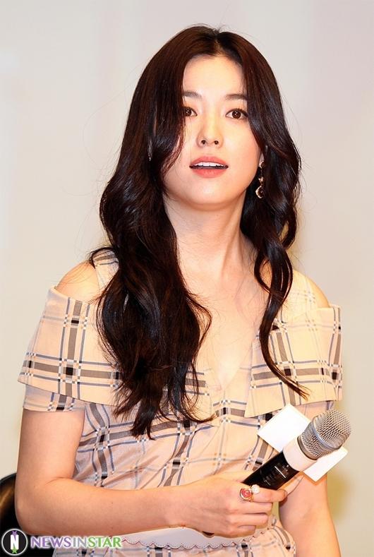 Để đảm nhận vai diễn, trước khi bước vào các cảnh quay, Han Hyo Joo đã tới một đài phát thanh để tìm hiểu công việc cụ thể của một phát thanh viên.
