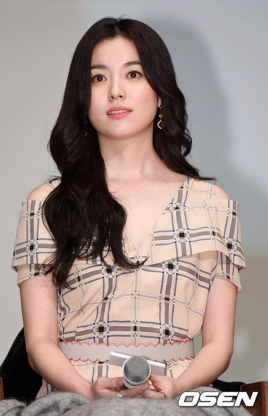 Xứng danh bảo bối nhan sắc Hàn, Han Hyo Joo góc nào cũng đẹp cuốn hút.