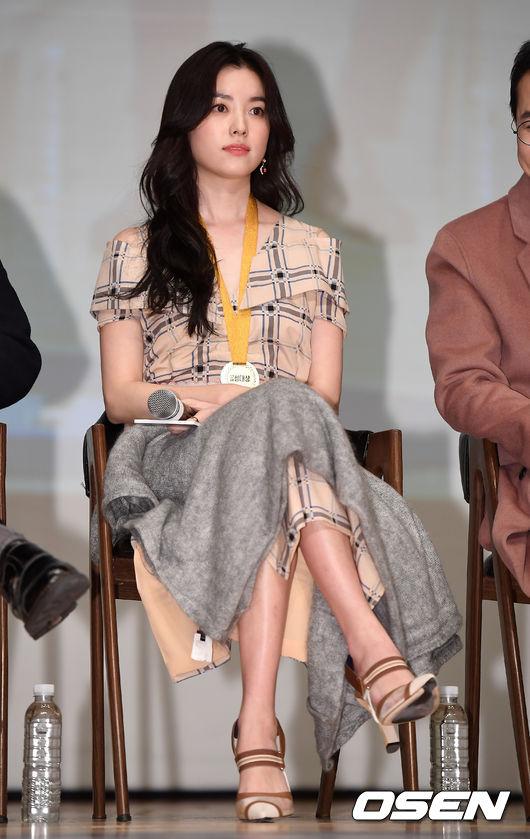 Trang phục dài quá gối nhưng Han Hyo Joo vẫn che chắn bằng khăn để tránh hớ hênh.