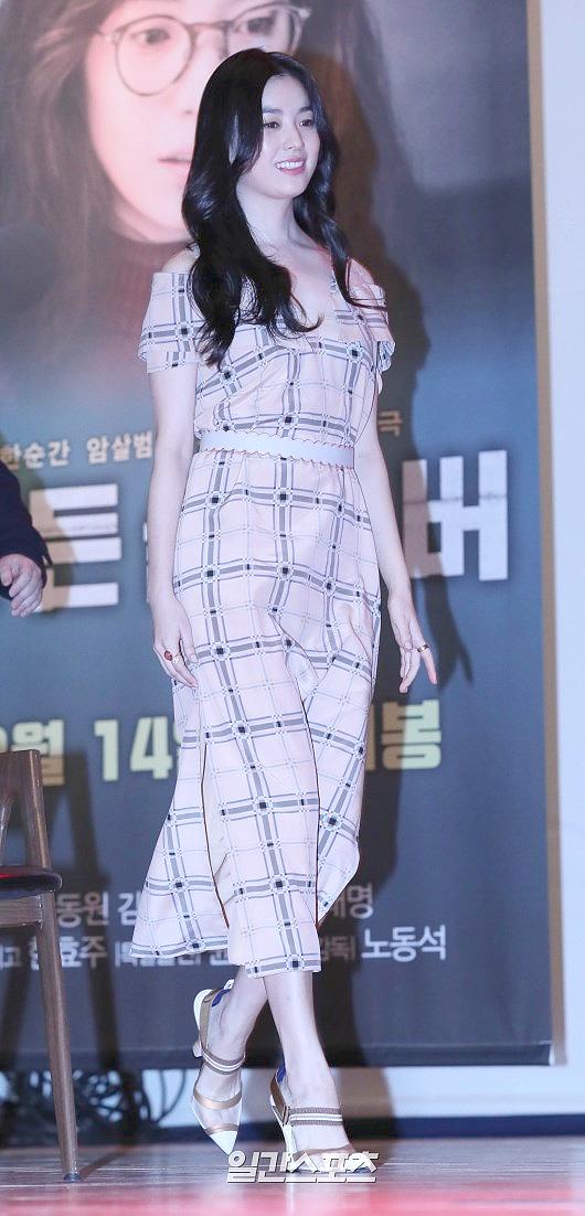 Han Hyo Joo dự buổi họp báo ra mắt phim Golden Slumber tại Đại học Sungkyunkwan. Bộ phim đánh dấu sự trở lại màn ảnh rộngcủa ngọc nữ xứ Hàn sau một thời gian dài vắng bóng. Trong tác phẩm, Han Hyo Joo sẽ đảm nhận vai mộtphát thanh viên giao thông tênSun Young.