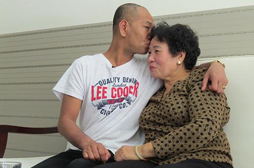 Khoảnh khắc được ôm người mẹ đẻ, Vance đã lần đầu tiên cảm nhận thấy thứ thuộc về mình.