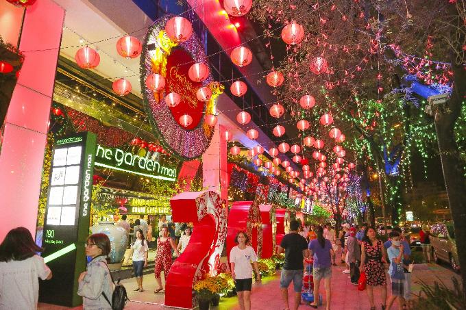 Vào những buổi nắng sớm và khi thành phố lên đèn, quang cảnh ở khu trung tâm thương mại vừa được hồi sinh này đều mang đến cho khắp phố phường không khí rạo rực đón xuân mới.