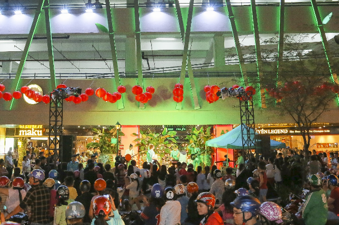 Weekendshow sôi động được tổ chức vào cuối tuần trên sân khấu mở với sự góp mặt của các ngôi sao nổi tiếng và các ban nhạc trẻ thu hút đông đảo sự hưởng ứng của khán giả trẻ, lan tỏa mạnh mẽ đến nhiều người dân trên đường phố.