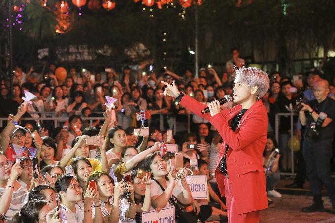 Trước vòng vây nồng nhiệt của các fan, nữ ca sĩ Vũ Cát Tường đại náo Quảng trường Thuận Kiều tại sân khấu âm nhạc Weekendshow.