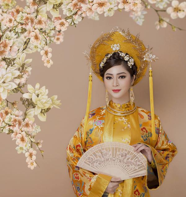 Trong tà áo dài truyền thống, diễn viên Thanh Trúc chọn kiểu trang điểm trong trẻo, tự nhiên.